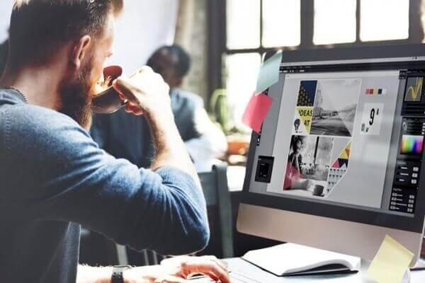 Grafischer Mitarbeiter bei der Arbeit am Computer
